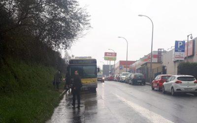 CA pide o acondicionamento dunha zona de espera na parada de autobús na rúa de Amio