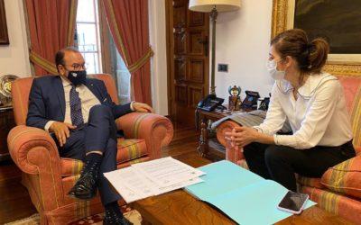Marta Lois preséntalle ao reitor o plan para a peonalización de Mazarelos e propón que se conte coa Universidade na construción do Imelga